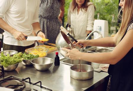 Mensen maken van voedsel in de woning en restourant keuken in werkplaats