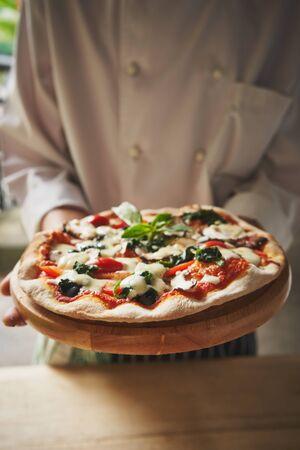 Tradition italian pizza at the chief hands 版權商用圖片