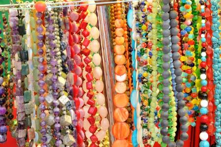 Kralen van gekleurde natuursteen veel vrouwen