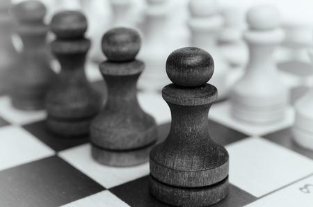 tablero de ajedrez: peones de tropas en un tablero de ajedrez. Foto de archivo