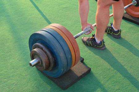 levantando pesas: fuertes pesos de elevaci�n del hombre Foto de archivo