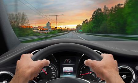 hombre manejando: Manos de conducci�n volante