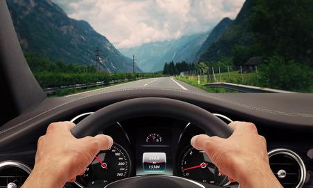hombre conduciendo: Manos de conducci�n volante