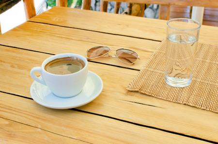 vasos de agua: taza de caf�, vasos, agua de mesa, relajarse tiempo con el espacio vac�o en la mesa