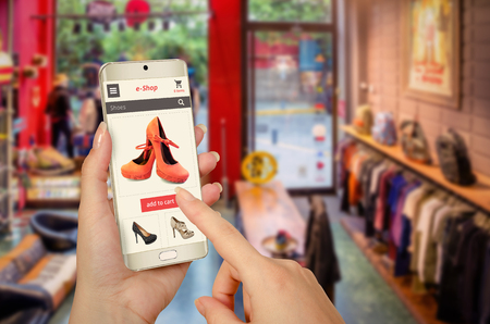 tienda de zapatos: compras en línea con el teléfono inteligente en la mano de mujer