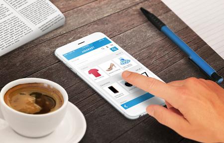 木製のテーブルにスマート フォンと買い物行男リラックス時間コーヒー新聞鉛筆マーケティングの概念の成長 写真素材