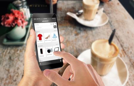 Smart phone shopping online in mano l'uomo. Centro commerciale in background. Comprare vestiti scarpe accessori con l'e sito web ecommerce Archivio Fotografico - 47612460