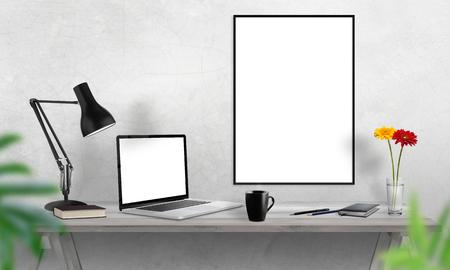 Laptop en poster frame op kantoor bureau. Koffie, cactus, notitieboekje, lamp op tafel.