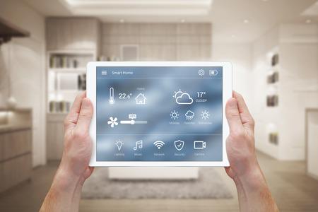 Smart home control op tablet. Interieur van de woonkamer in de achtergrond.