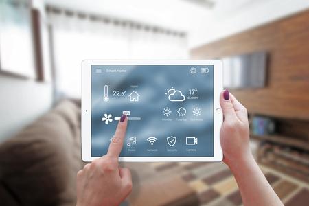 태블릿에서 스마트 홈 제어 할 수 있습니다. 백그라운드에서 거실의 인테리어입니다. 스톡 콘텐츠