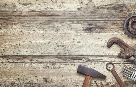 텍스트에 대 한 여유 공간이있는 나무 테이블에 오래 된 도구. 장인을위한 전통적인 수제 도구.