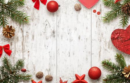 クリスマス ツリーや装飾品の上面と白い木製のテーブル。本文の空きスペース。クリスマス ボール、弓、ウォルナット、pincone、星の横にあるギフ
