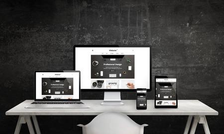 Promoción responsiva del sitio web en la pantalla de la computadora, computadora portátil, tableta y teléfono inteligente. Diseño web moderno y limpio. Escritorio de oficina blanco con los dispositivos, pared negra en fondo. Foto de archivo - 75393179