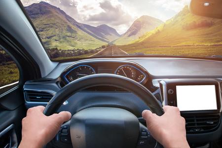 Maquette d'affichage de navigation automobile. Vue depuis l'angle du conducteur. Intérieur de voiture moderne.
