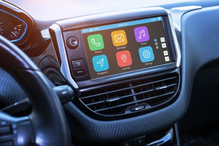 Wyświetlacz samochodowej tablicy informacyjno-rozrywkowej z aplikacjami. Nowoczesne wnętrze samochodu.