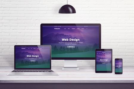 Responsive Website auf mehreren verschiedenen Anzeigegeräten. Konzept des Webdesigns, Entwicklungsarbeitstisch. Standard-Bild