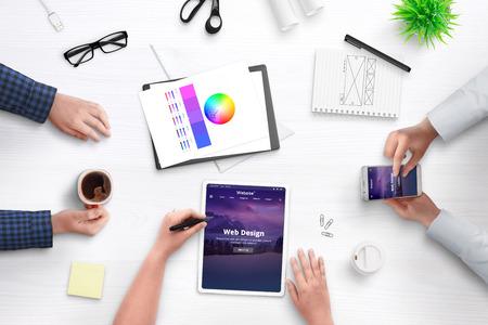 Entwicklungsthema für das Konzept des Content-Management-Systems. Schreibtisch, flach mit Menschen, Mobilgeräten, Papieren, Kaffee. Standard-Bild