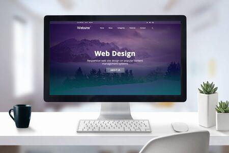 Web-Design-Studio-Präsentation auf Computer-Display-Nahaufnahme. Schreibtisch im Bürokonzept. Standard-Bild