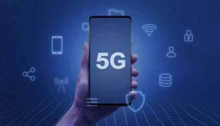 Téléphone intelligent moderne avec texte 5G à l'écran dans la main de la femme entourée d'icônes de service. Notion de réseau mobile. Banque d'images