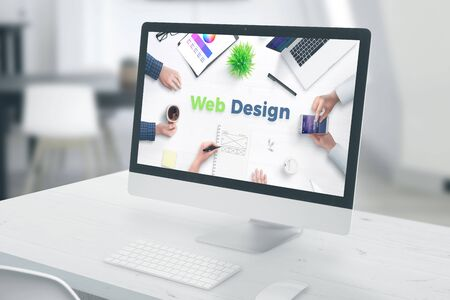 Display del computer con testo di web design. concetto di ufficio studio di web design.