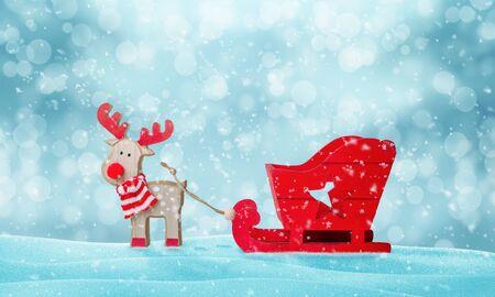 Ciervos de Santa Claus y trineo vacío en la nieve. Lindo juguete de madera. Copie el espacio de arriba.