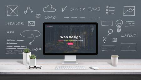 Webdesign-Konzept mit Computeranzeige, Webthema und Zeichnungen der Website, App-Teile. Modernes Design-Webseite auf dem Computerdisplay. Büro, Studioarbeitstisch. Standard-Bild