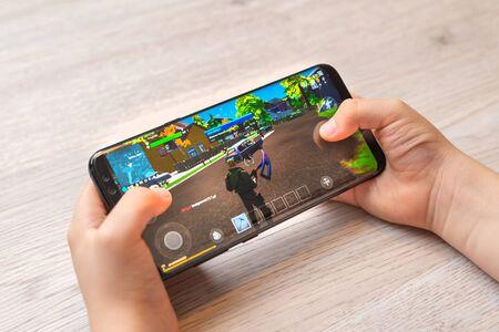 Sarajevo, Bosnia and Herzegovina - November 29, 2019:  Fortnite free-to-play battle royale game on modern smart phone in kid hands close-up Banque d'images - 139325301