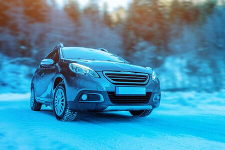 Modern suv car with four wheel drive on winter road. Concet of winter holidays and driving adventure Banco de Imagens