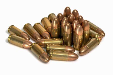 Pile de balles de 9 mm sur fond blanc. Image