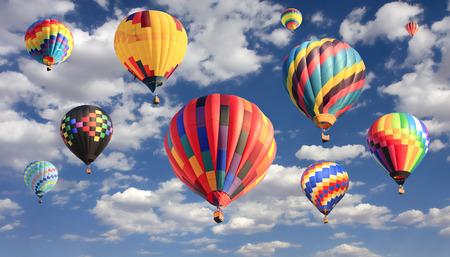 Veelkleurige hete lucht ballonnen vliegen