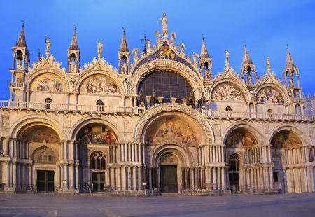 The facade of the Basilica di San Marco at dusk, Venice, Italy 免版税图像