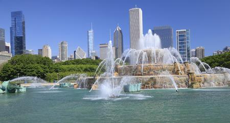 wide  wet: Chicago skyline and Buckingham Fountain, Illinois, USA Stock Photo