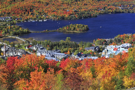 モン ・ トランブラン村と湖と秋の色背景、ケベック州、カナダ