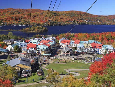 Mont Tremblant and Lake in autumn 免版税图像
