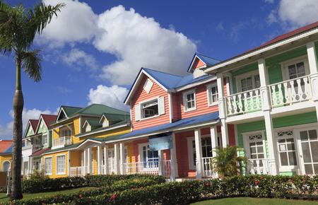 カリブ海明るい色でサマナ、ドミニカ共和国に塗られた木造住宅