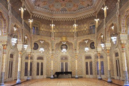 OPORTO, PORTUGAL - 7 DE JULIO DE 2017: El palacio de la bolsa de acción (Palacio DA Bolsa) en la habitación árabe. El palacio fue construido en el siglo XIX por la Asociación Comercial de la ciudad. Editorial