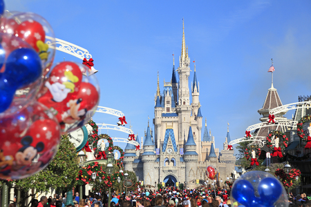 Calle principal y Castillo de Cenicienta en Magic Kingdom, Florida Editorial