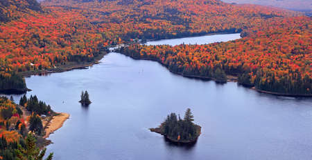 Panoramic view of Lake Monroe with autumn leaf color in Mont Tremblant National Park, Quebec 免版税图像