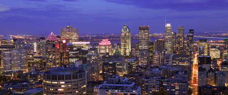 Aerial view of Montreal skyline in autumn at dusk, Quebec, Canada 免版税图像