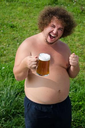 https://us.123rf.com/450wm/vladorlov/vladorlov1708/vladorlov170800377/83717757-dicker-mann-trinkt-bier.jpg?ver=6