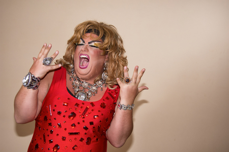 Funny travesty actor. Drag queen in red. Feelings and emotions. Fat man and make-up 版權商用圖片 - 105788664