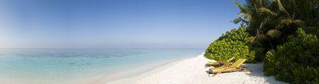 D�tendez-vous chaise sur la plage de sable blanc de le �le de Ihuru Maldives � Mal� du Nord atoll et bleu lagon vue panoramique