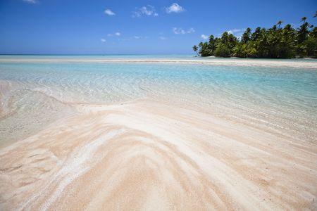 Front de plage de sable blanc et rose du lagon bleu et �le tropicale Banque d'images