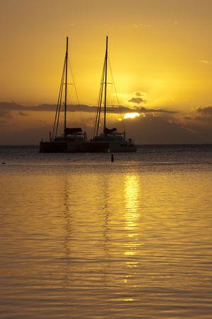 Deux voilier au coucher du soleil dans la lagune des Maldives.