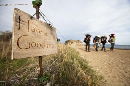 Avoir un panneau de bon voyage avec quatre randonneurs