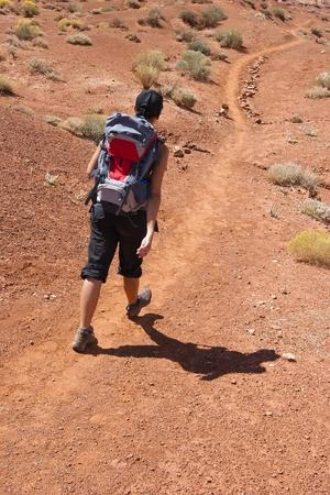 Femme trekking seul dans Monument Valley �.-u.