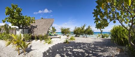 Femme lire un livre en relaxant Chaire sur la vue panoramique de la plage paradis Banque d'images