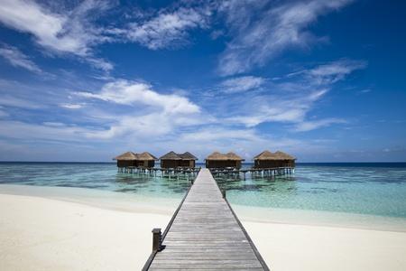 blue lagoon: Hotel di lusso in un'isola tropicale con spiaggia di sabbia bianca, blu laguna, con vista sull'oceano e la palma Editoriali