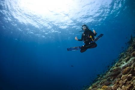 Een scubadiver in diepe blauw van de Indische Oceaan Picture nemen in Ari Atoll - Malediven Stockfoto