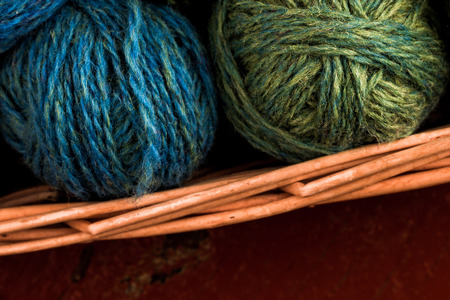 gomitoli di lana: Molti piccoli gomitoli di lana di colori arcobaleno in busket.